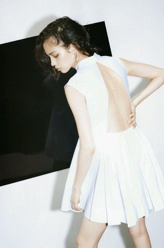 背中の開いたスカートのかっこいい水原希子