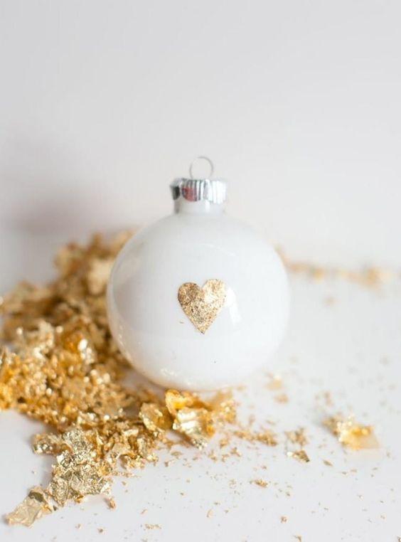 Une boule de Noël customisée avec une note dorée