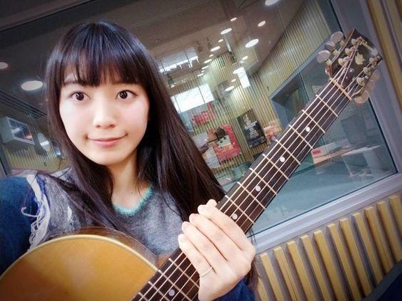 ギターを抱えて自撮りするmiwa