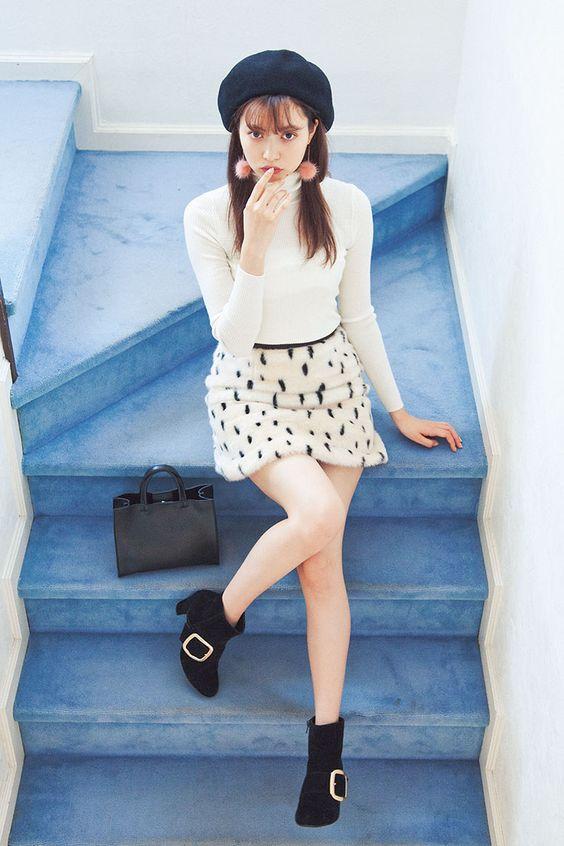 階段に座る八木アリサ