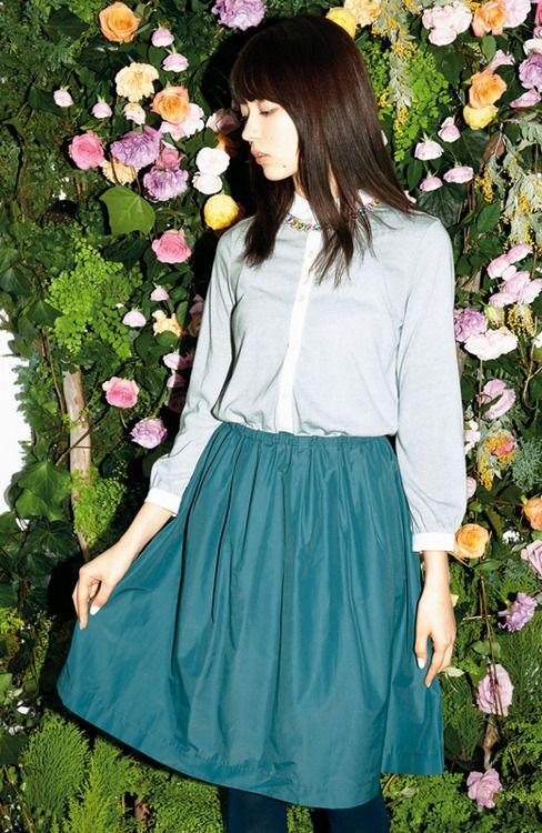 花と青緑色のスカートの八木アリサ