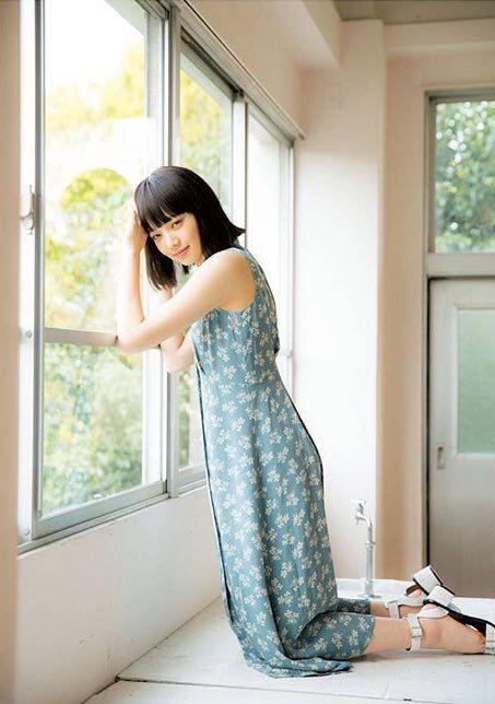 青いスカートをはいた窓辺のオシャレで可愛い小松菜奈