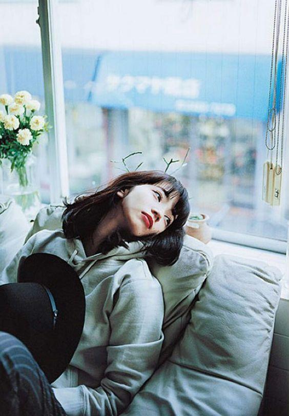 窓から外を見るオシャレで可愛い小松菜奈