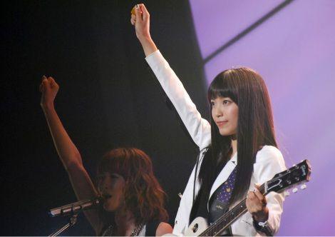 ギターピックをかざすmiwa