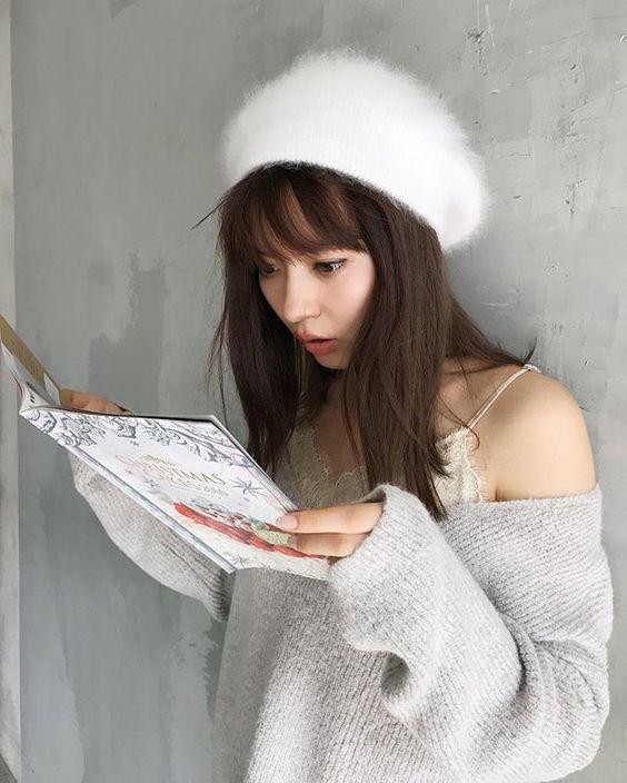 白い帽子にニットの八木アリサ
