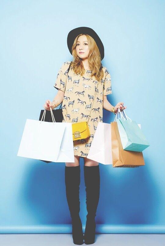 ショッピングバッグを持つ西野カナ