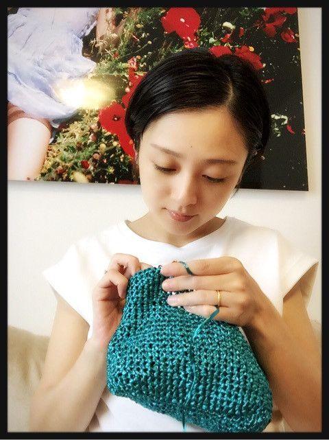 編み物をする安達祐実