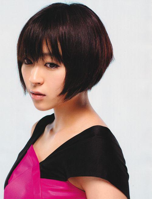 赤と黒の衣装のショートカットの宇多田ヒカル