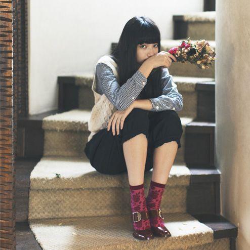 階段に座るオシャレで可愛い小松菜奈