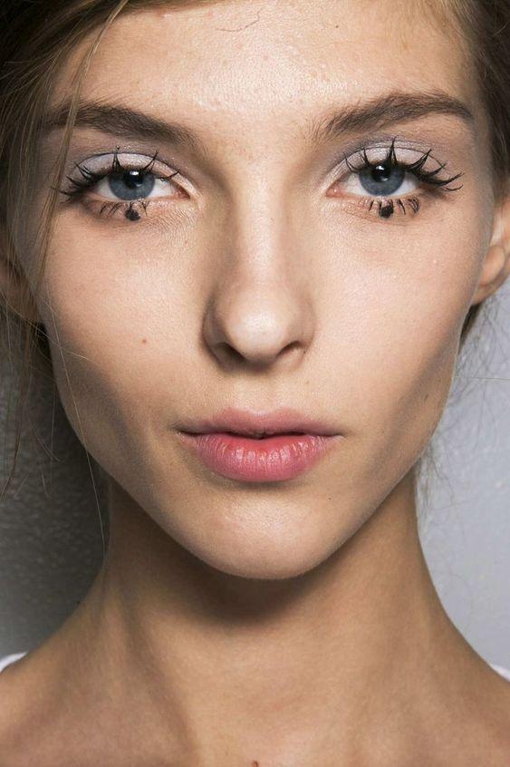 Your Mascara Mistake Is a Runway Beauty Trend #ApplyingMascara