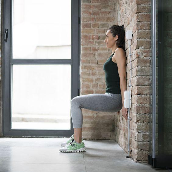 Difficile de trouver la motivation pour faire du sport lorsqu'on n'a pas de matériel ou que l'on vit dans un petit espace. Voici 5 exercices de musculation qui ne nécessiteront rien d'autre qu'un mur.