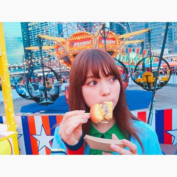 ハンバーガーを食べる八木アリサ