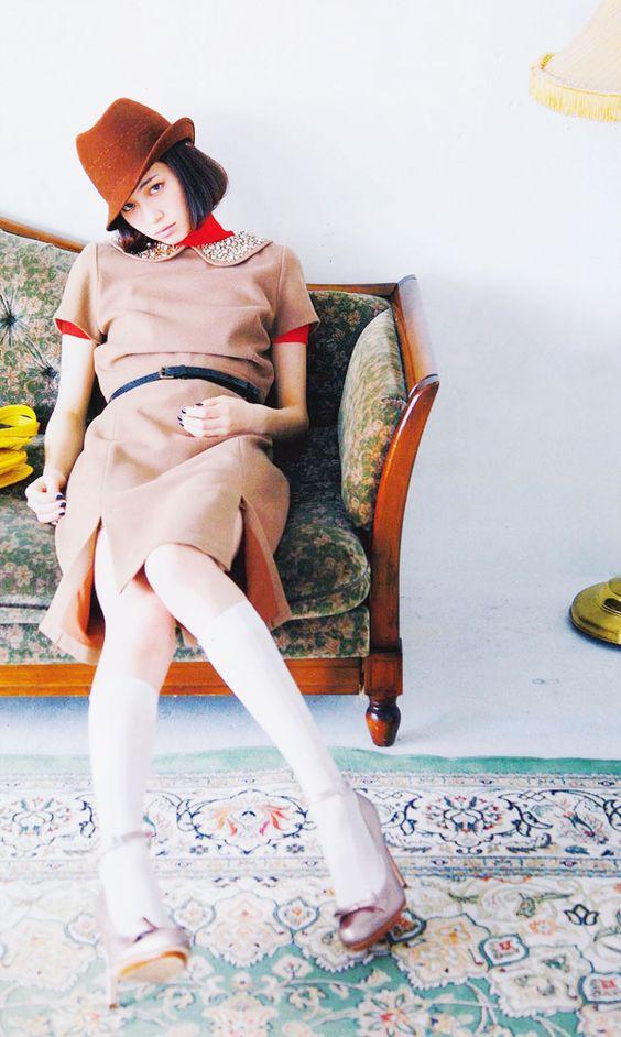 赤い帽子でソファに座るかっこいい水原希子