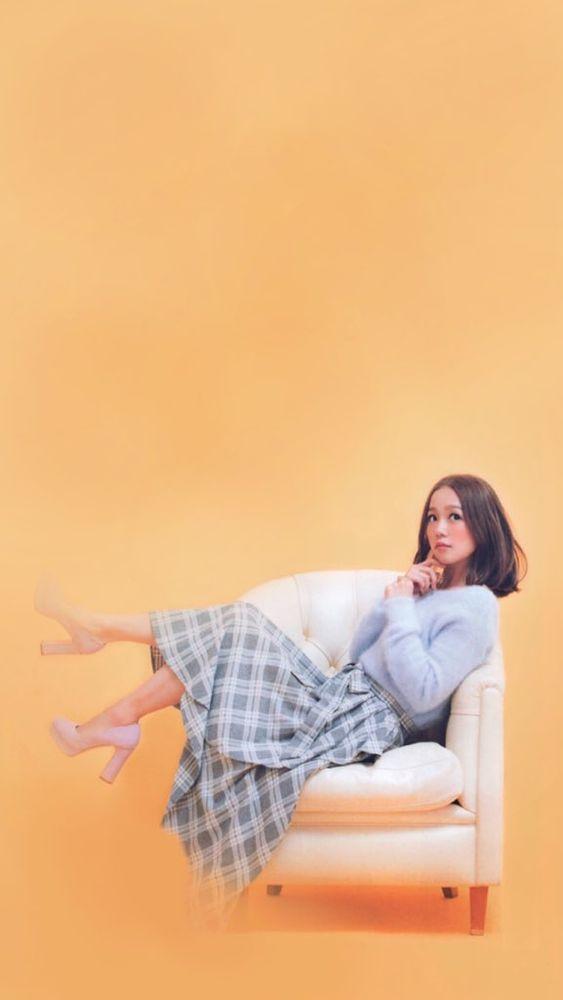 ソファに腰掛ける西野カナ