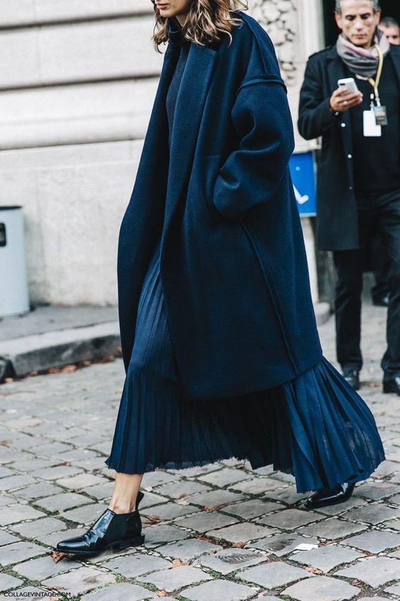 Áo khoác dáng dài kết hợp váy maxi xếp ly cùng màu