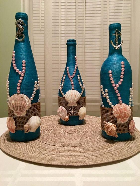 Bottiglie decorative: Hand wrapped, bottiglia di vino, bottiglia, spiaggia, oceano, mare a tema, vaso, centrotavola, conchiglie, cavalluccio marino, bussola, ancora, filo blu, perle di JaDesigns16 su Etsy www.etsy.com/... -Per saperne di più -