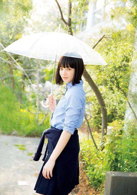 傘を差すオシャレで可愛い小松菜奈