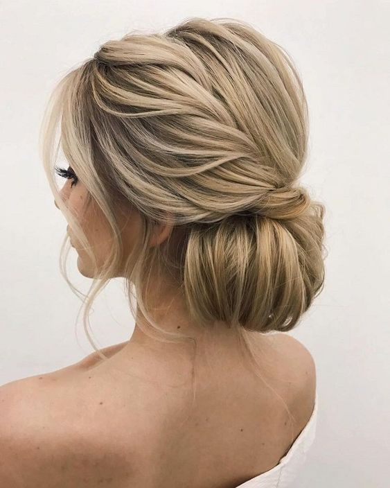 Whether a classic chignon, textured updo or a chic wedding updo with a beautiful details. These wedding updos are perfect for any bride looking for a unique #UpdosClassic