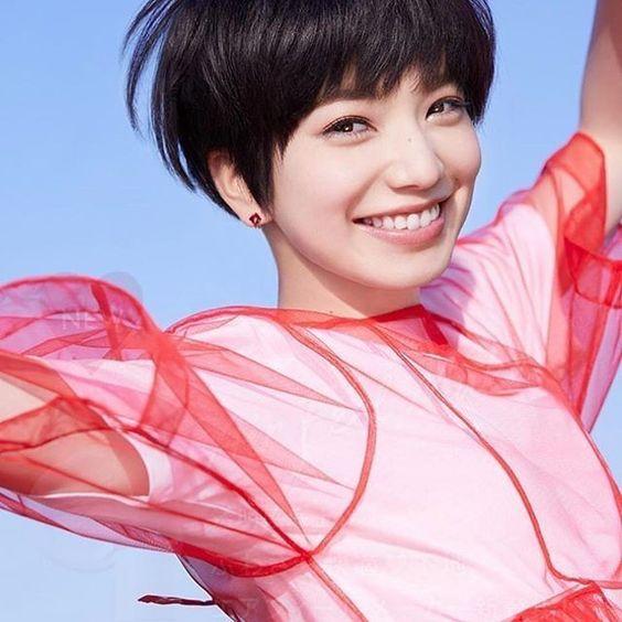 赤いシースルーの衣装のオシャレで可愛い小松菜奈