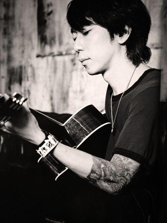 ギターを弾くモノクロのかっこいい細美武士