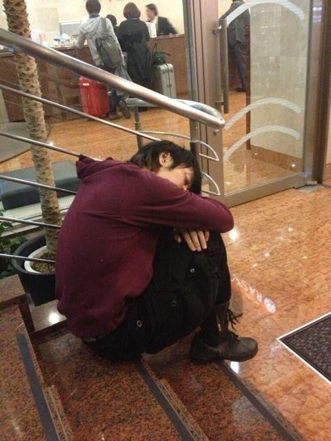 階段で眠るかっこいい細美武士