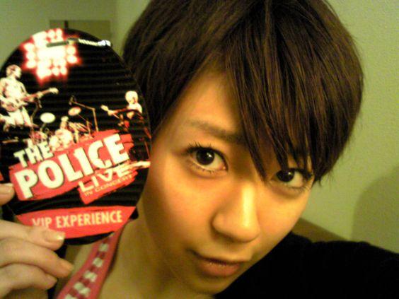 ライブの販促物を手にする宇多田ヒカル