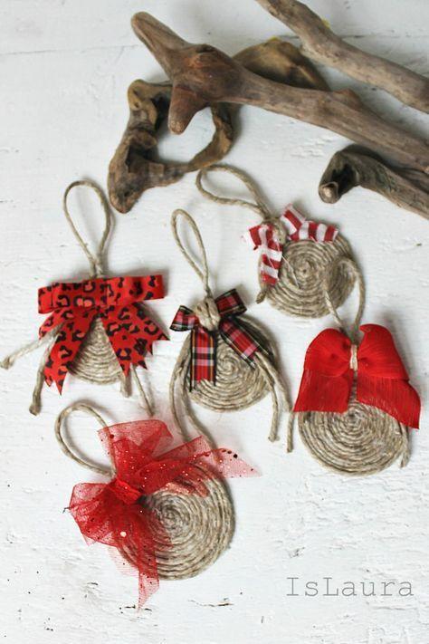 Guarda anche questi:Gingerbread in legno fai da te Tutorial in italiano.Addobbi natalizi con lana e colla facilissimi – Video Tutorial.Lampadario di spago – TutorialBastoncino Natalizio di zucchero a uncinetto – Spiegazioni.Alberelli a uncinetto di CreativitaOrganizzata.it – Spiegazioni. Palline in spago