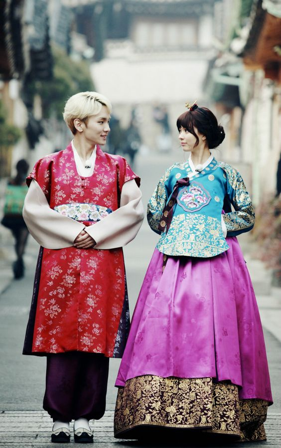韓国の民族衣装の八木アリサ