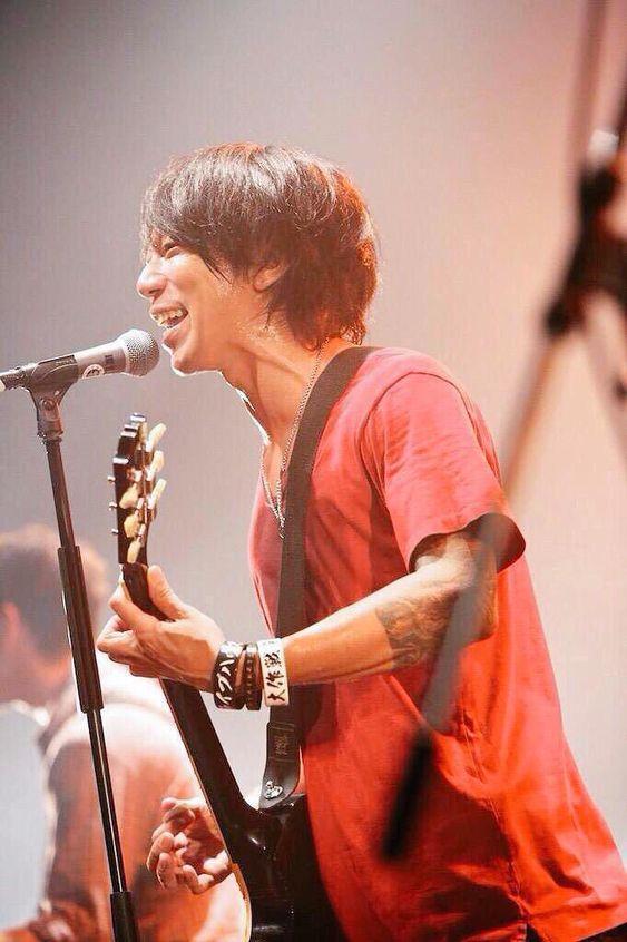 ライブで笑顔を見せるかっこいい細美武士