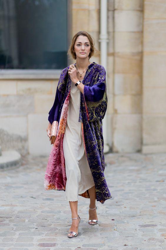 Áo khoác dáng dài màu sắc kết hợp với váy dài màu trắng