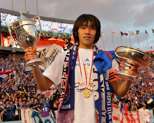 優勝カップを両手に持つかっこいい中村俊輔