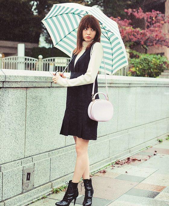 ボーダーの傘を差した八木アリサ