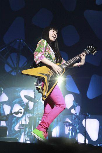 ライブでギター演奏をするmiwa