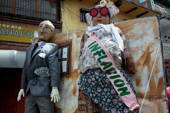 Miss Inflação retrata Venezuela empobrecida neste Ano Novo | Foto: Carlos Ramírez / AFP