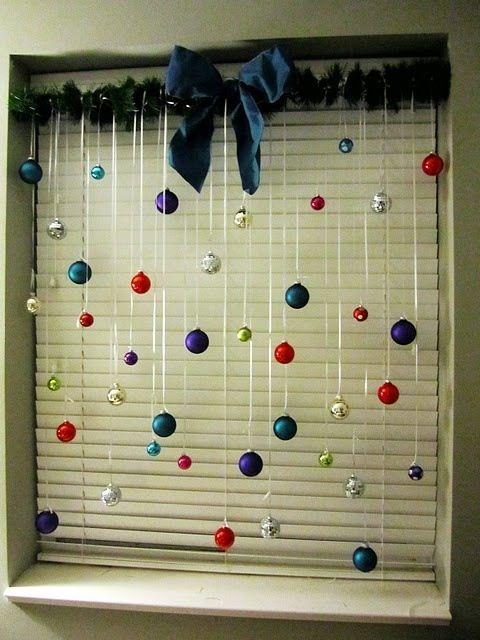 Decoração de Natal simples e barata para janela com cortina de bolinhas e detalhe de laço azul