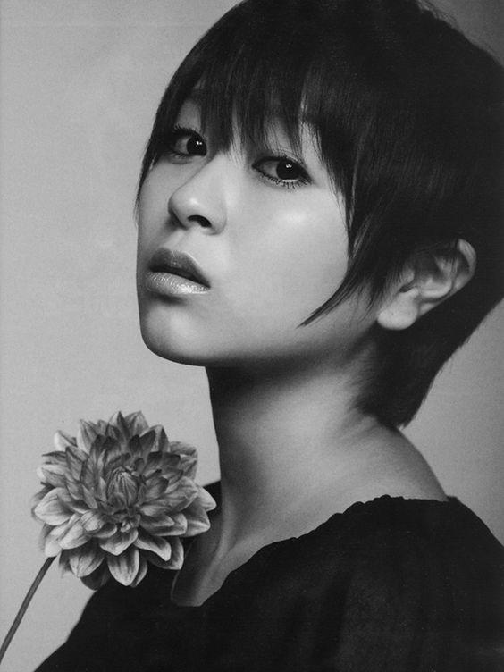 花を持つモノクロの宇多田ヒカル