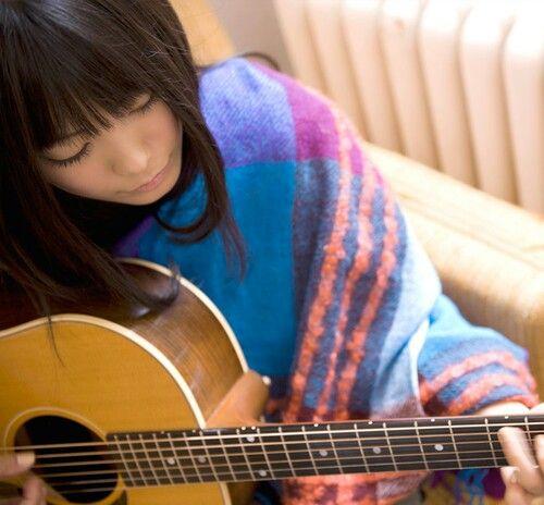 ギターを弾くmiwa