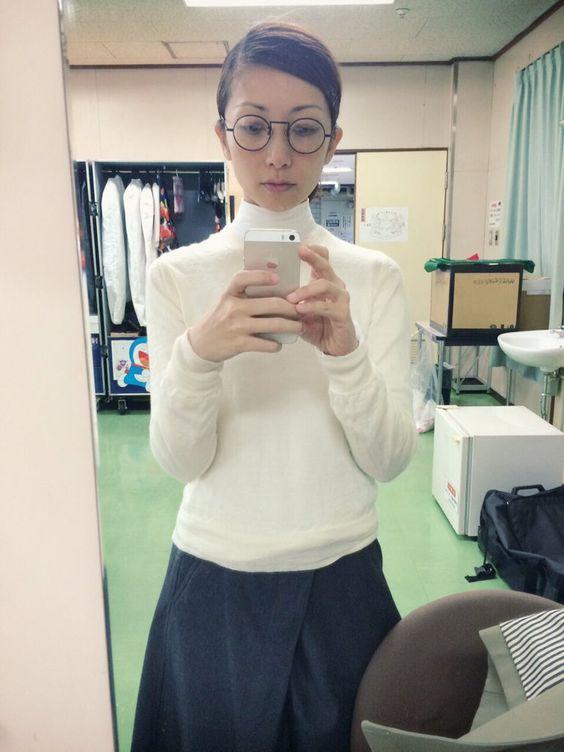 白いハイネックに黒いスカートのEvery Little Thing持田香織