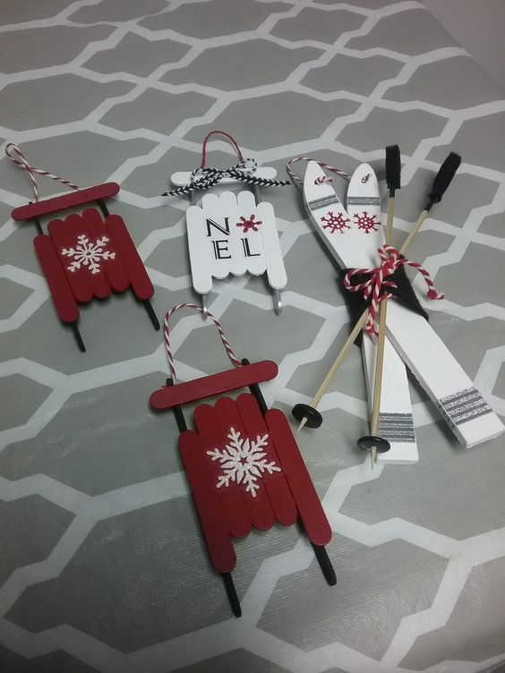 Ornements de sapin de Noël en bâtons de popsicle : luges et skis.