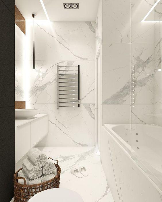 Marmoroptik an Wänden und Boden in schönen grob gemaserten Marmor