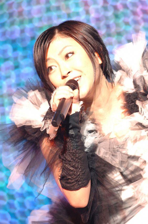 ライブ中に熱唱する宇多田ヒカル