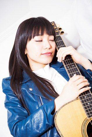 ギターを抱えて眠るmiwa