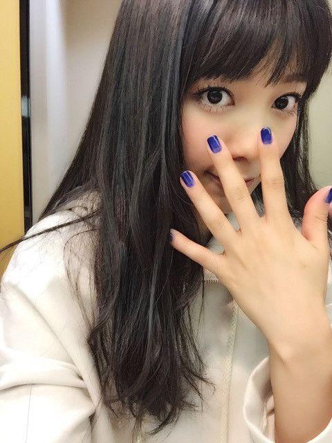 藍色のマニキュアをしたmiwa