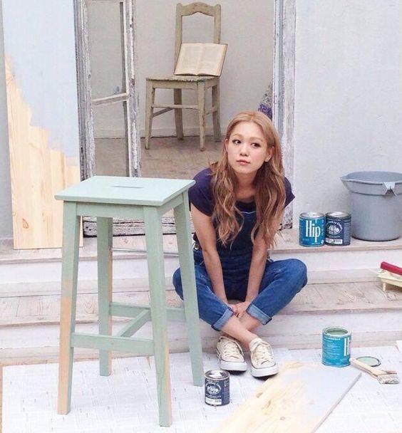 ペンキを塗る西野カナ