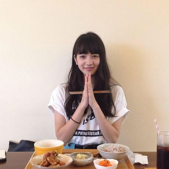 お箸を持つオシャレで可愛い小松菜奈