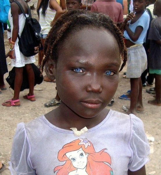une fille Haitienne avec les yeux bleus