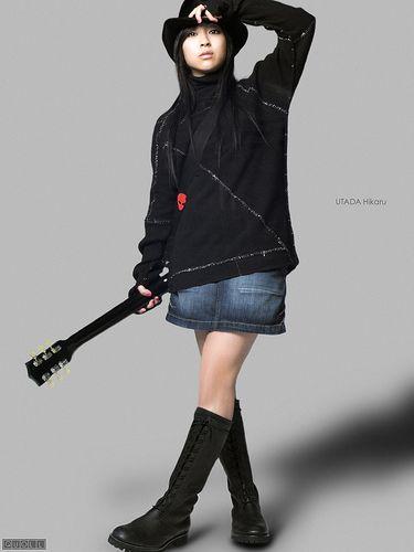 デニムスカートにギターを持つ宇多田ヒカル