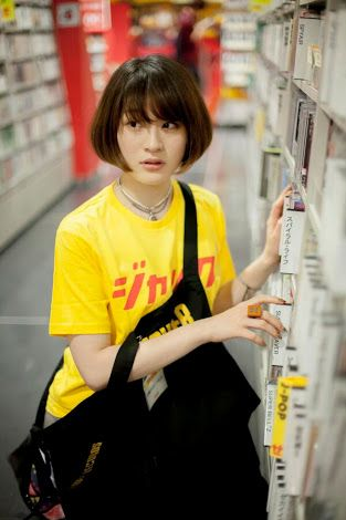 CD棚と水曜日のカンパネラ・コムアイ