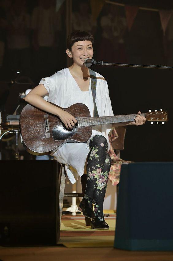 ギターを奏でるEvery Little Thing持田香織