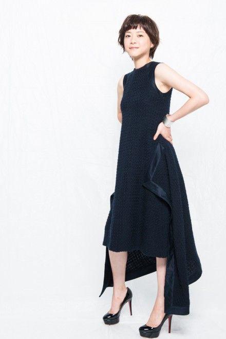 ショートヘアに黒いドレスの上野樹里